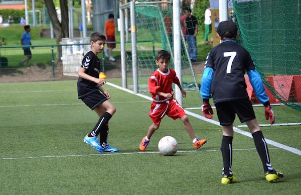 Eintracht Frankfurt-Profispieler und FTK-Projektpate Stefan Aigner besucht die Kinder gelegentlich im Training.